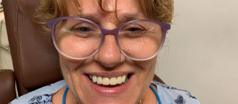 proteza pe implanturi Ce avantaje are proteza pe implanturi față de o proteză mobilă clasică? pacient fericit 825x360